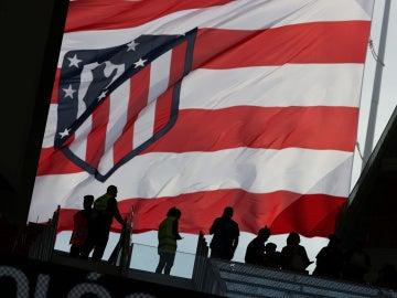 La bandera del Atlético de Marid ondea en el Wanda Metropolitano