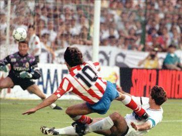Paulo Futre marcó en el Santiago Bernabéu uno de los goles más soñados por todos los colchoneros en toda su historia. Su zurdazo no puedo pararlo Buyo.
