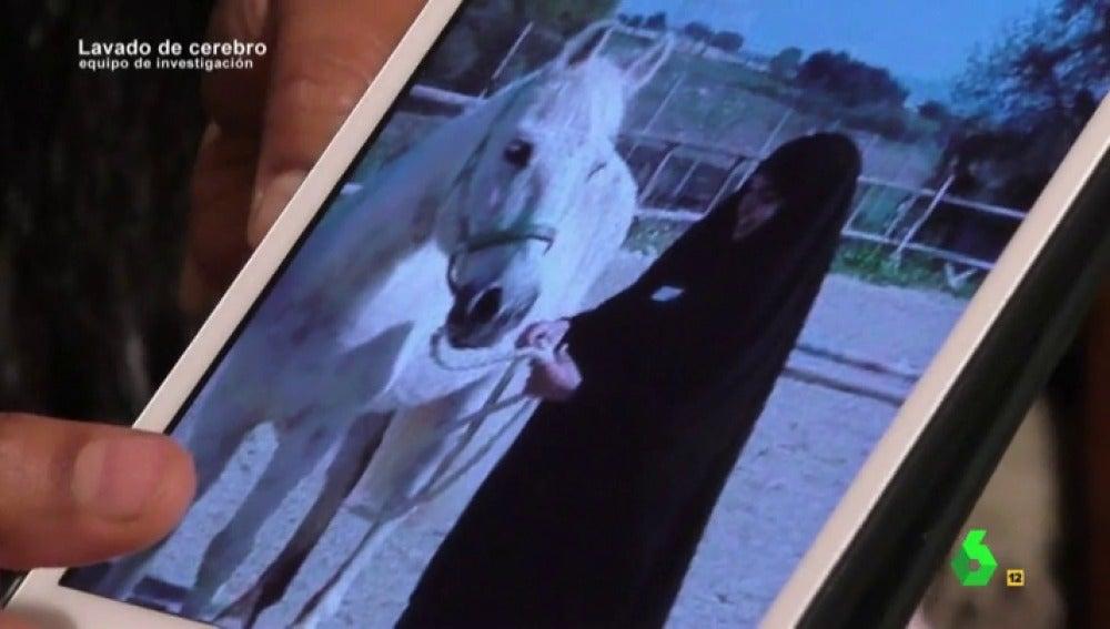 Imagen de Youssra con un caballo