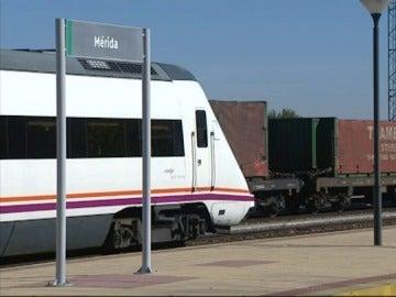 Imagen de un tren al paso por la estación de Mérida