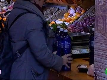 Una vecina de Usúrbil compra agua embotellada