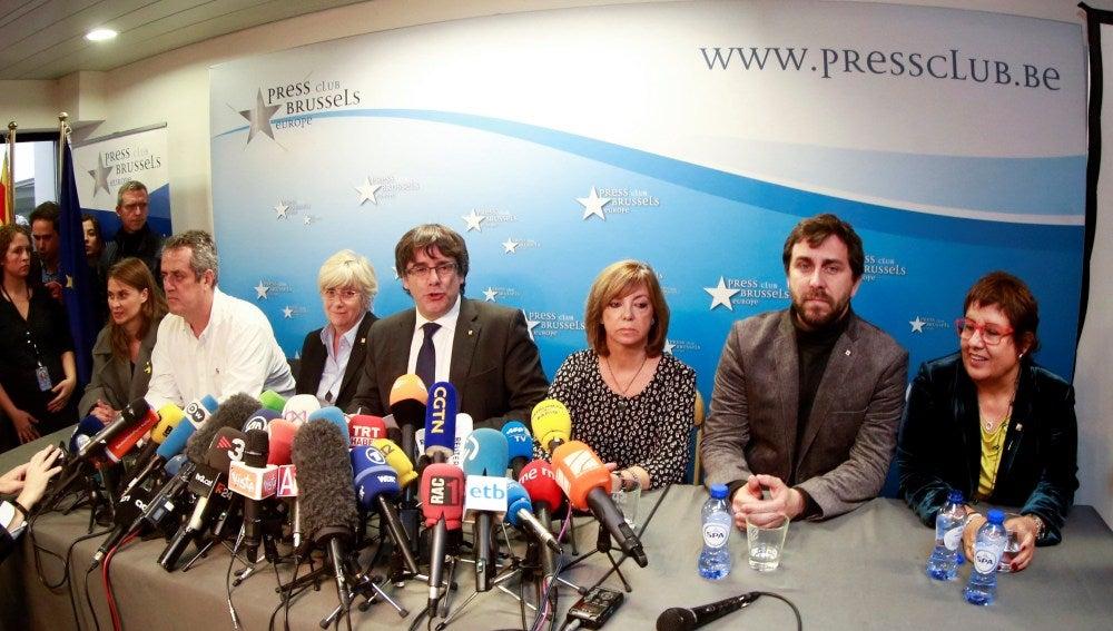 El expresidente de la Generalitat de Cataluña Carles Puigdemont (c), acompañado por cinco de sus antiguos consejeros, durante la rueda de prensa que ofreció en el club de la prensa de Bruselas, Bélgica, el pasado 31 de octubre de 2017.