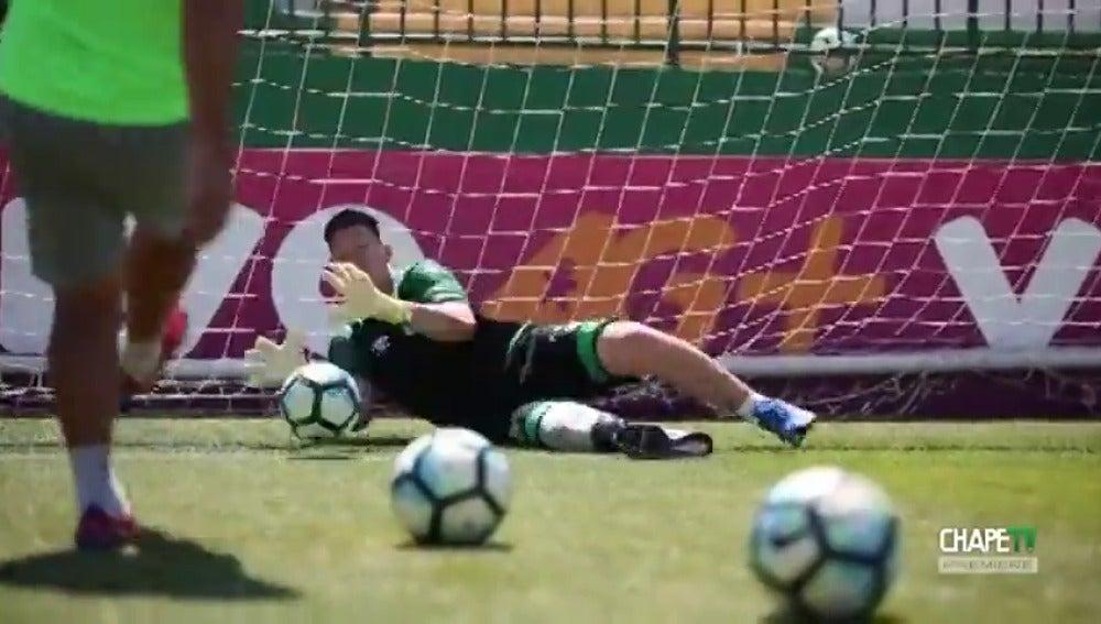 Jackson Follman entrena por primera vez con un balón tras perder una pierna