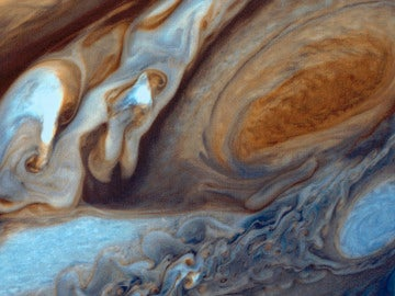 Por los compuestos que forman las nubes de Júpiter, estas deberían ser de color blanco