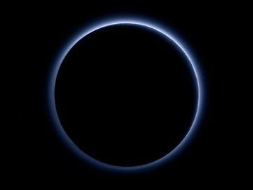 Contraluz de Plutón tomado por la cámara MVIC () a bordo de la New Horizons que muestran los tonos azules de su atmósfera