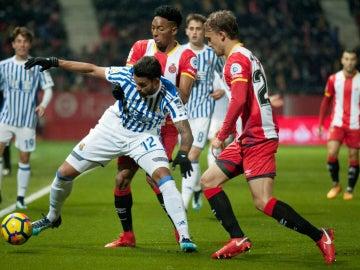 Willian José, ante dos jugadores del Girona