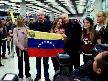 Antonio Ledezma posa junto a su mujer, sus hijas, la eurodiputada Beatriz Becerra y el expresidente de Colombia Andrés Pastrana a su llegada a Madrid