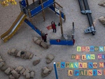 Iniciativa de Save the Children que 'transforma' los parques en zonas de guerra para concienciar