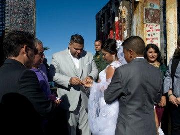 Una pareja aprovecha la apertura del muro entre México y EE.UU para casarse
