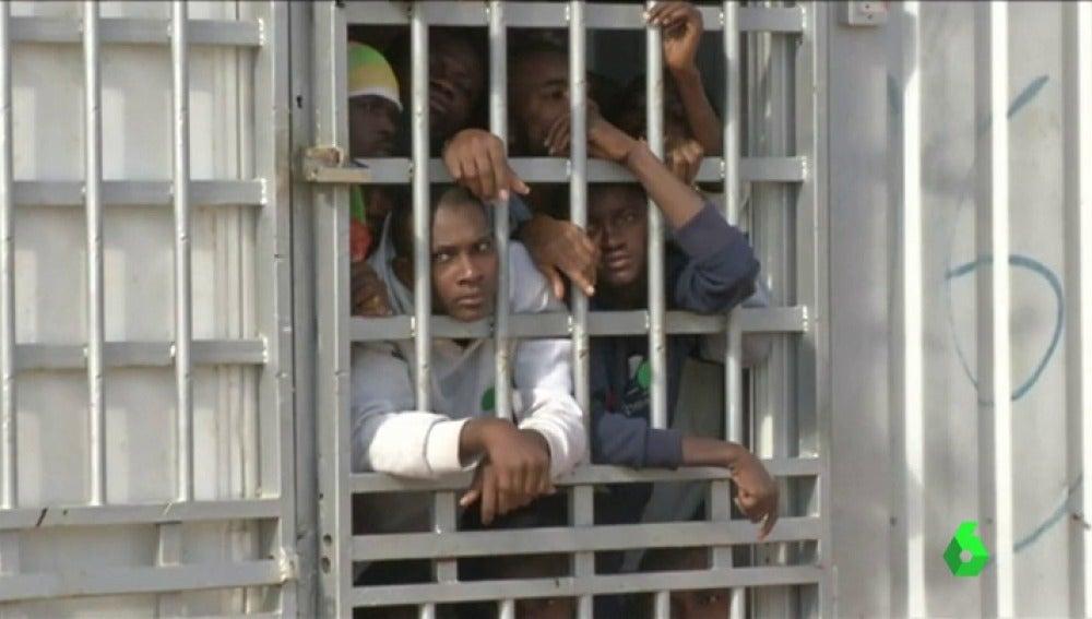 Migrantes hacinados en centros de detención libios