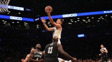 Curry entra a canasta ante la defensa de los Nets