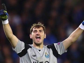 Casillas contesta a un tuitero que le de ser un topo