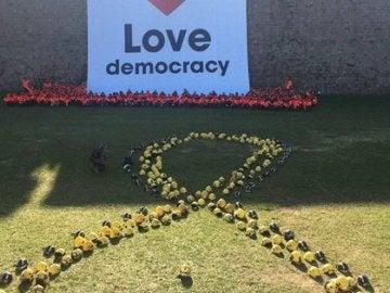Imagen del lazo con cascos amarillos formado por Bombers per la Independència