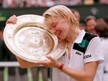 Jana Novotna, con el trofeo de campeona de Wimbledon en 1998