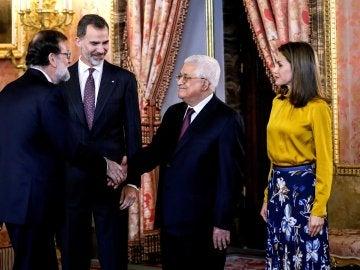 El presidente palestino, Mahmud Abás (2ºd), quien inicia hoy una visita a España, saluda al presidente del gobierno español, Mariano Rajoy (i), en presencia de los reyes Felipe y Letizia, antes del almuerzo ofrecido en su honor en el Palacio Real de Madrid.