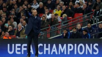 Zidane da indicaciones durante el Tottenham - Real Madrid