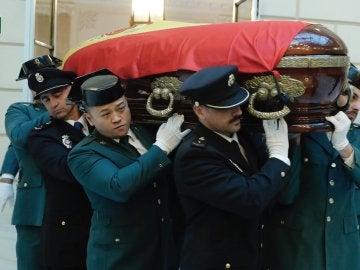 El féretro con los restos mortales del fiscal general del Estado, José Manuel Maza
