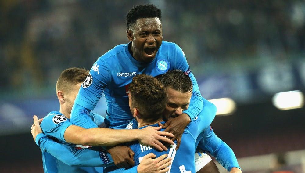 Los jugadores del Nápoles se abrazan para celebrar un gol
