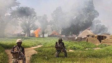 Soldados nigerianos limpian campos del grupo terrorista de Boko Haram en la localidad de Chuogori, estado Borno, Nigeria
