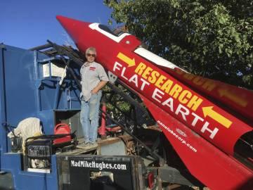Mick Hughes junto a su cohete casero.