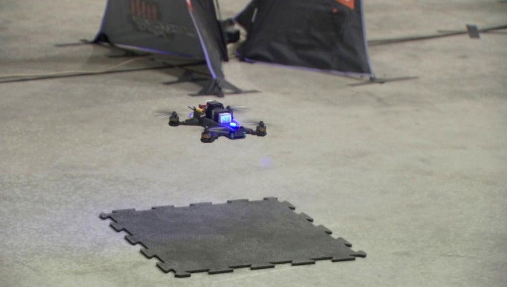 Un dron conducido por una inteligencia artificial compite contra un humano en una carrera