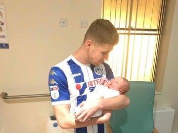 Ryan Colclough junto a su segundo hijo