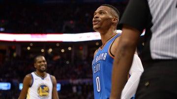 Westbrook celebra una canasta con la grada ante la mirada de Durant