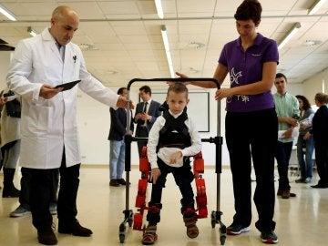 Jens, el primer niño que ha podido probar el exoexqueleto
