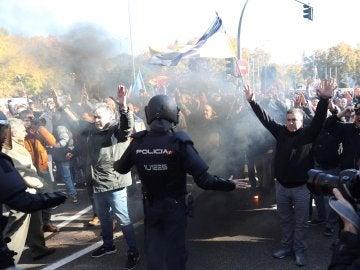Agentes de la Policía Nacional intervienen con un grupo de taxistas cerca del Congreso