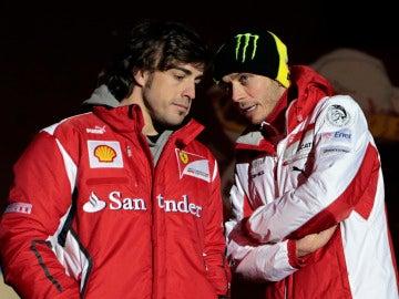 Valentino Rossi conversa con Fernando Alonso en 2012