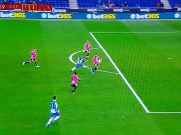 Penalti señalado por Iglesias Villanueva contra el Tenerife en Cornellá