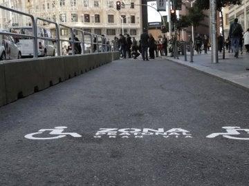 Señalización del nuevo espacio peatonal en la Gran Vía de Madrid
