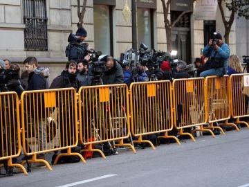 Vista de los medios de comunicación concentrados en la puerta del Tribunal Supremo