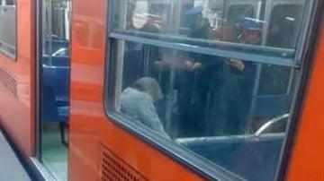 Agentes informan del cadáver de un hombre en el metro