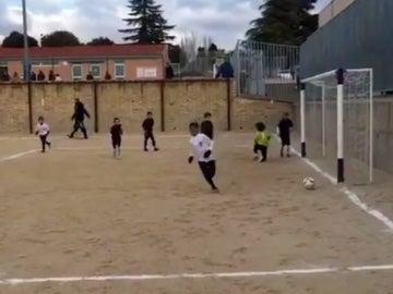 El hijo de Cristiano celebra un gol