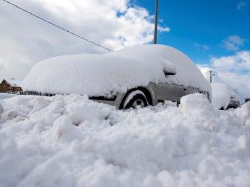 Un coche cubierto de nieve, en la localidad cántabra de Orzales