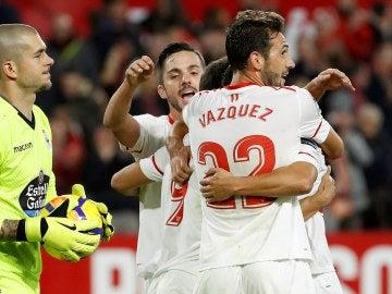 Los jugadores del Sevilla celebran el 1-0 ante el Deportivo de la Coruña