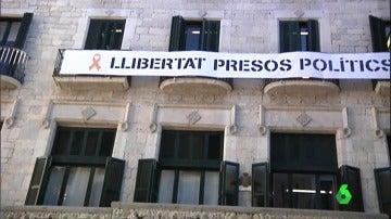 El Ayuntamiento de Girona con la pancarta