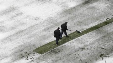 Operarios retirando la nieve de El Sadar