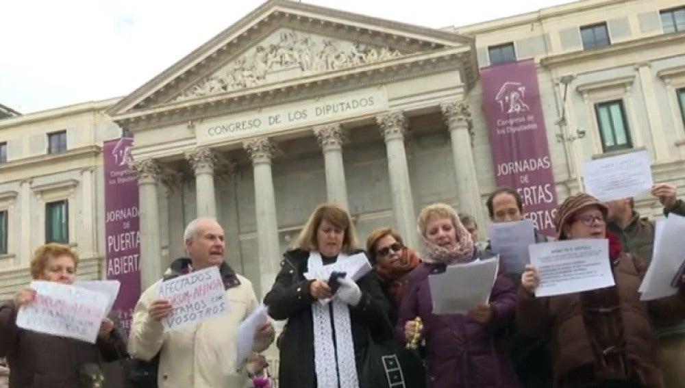 Manifestación ante el Congreso de los afectados por la estafa de Fórum y AFINSA