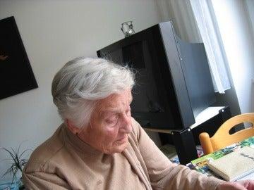 Una mujer anciana leyendo