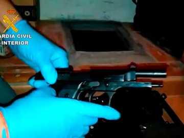Una de las armas de fuego intervenidas en la operación