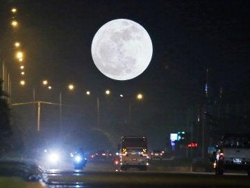 """Vista de la """"Superluna"""" en Naypyitaw, Birmania"""