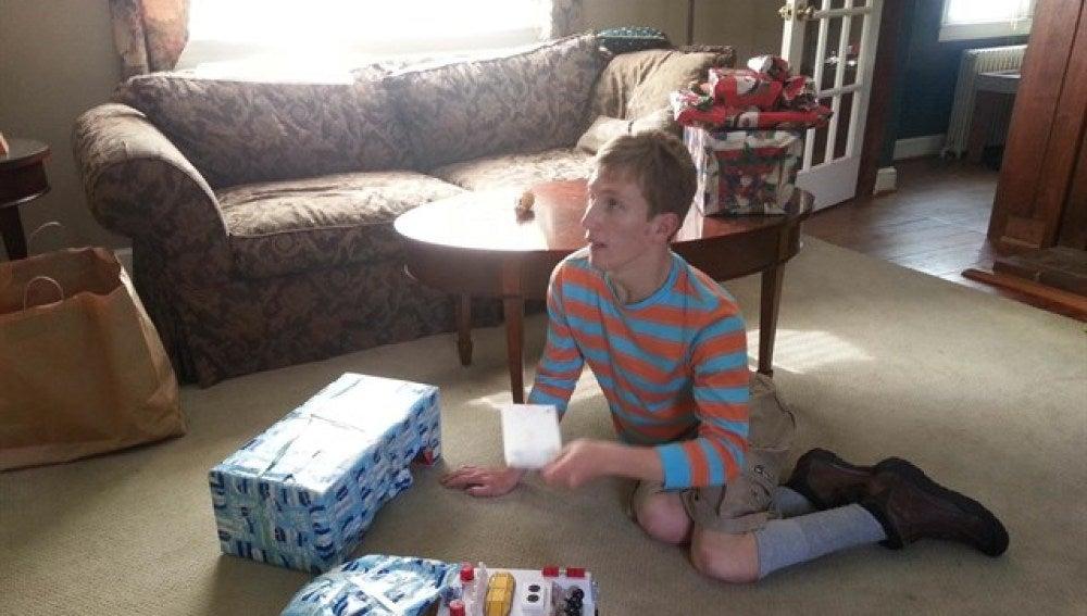 Max junto a algunos de sus regalos de Navidad