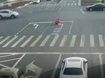 Captura de las cámaras de seguridad que muestran al hombre pintando