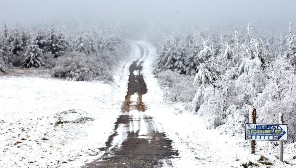 Una carretera de montaña cubierta de nieve en O Cebreir