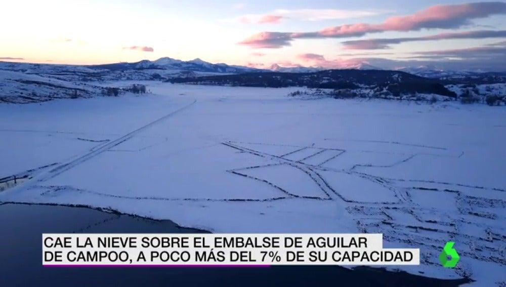 Cae la nieve sobre el embalse de Aguilar de Campoo