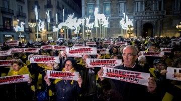 Concentraciones en todos los ayuntamientos de Cataluña para pedir la libertad de Junqueras, Forn, Cuixart y Sànchez