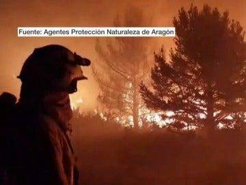 Un bombero en el incendio declarado en Torre la Ribera, Huesca.