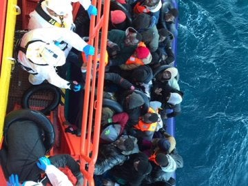 Imagen del rescate de la patera con 30 personas por la Guardamar Polimnia.